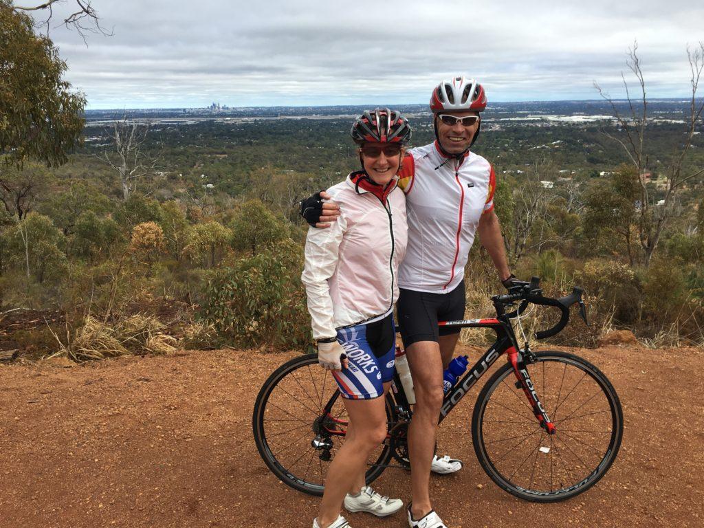Erste Radtour in die angrenzenden Bergketten. Im Hintergrund die (mini) Skyline von Perth.