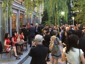 Chinesische und deutsche Gäste; apartes chinesisches Musikensemble